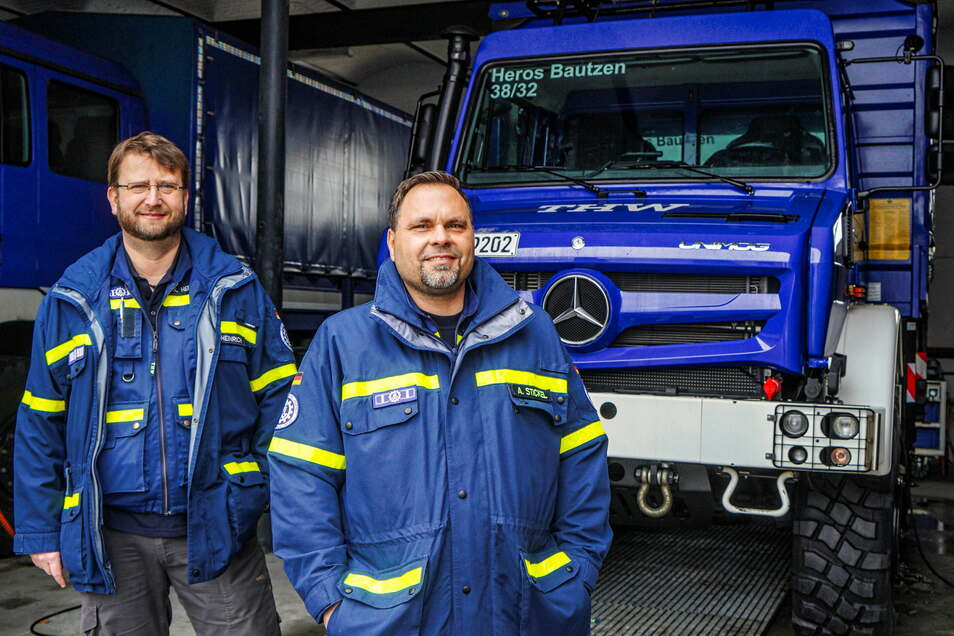 Stabsleiter Andreas Heinrich (links) und André Stickel vom THW Ortsverband Bautzen berichten von Problemen bei der Rettungsgassenbildung beim Wintereinsatz auf der A 4 in der vergangenen Woche.