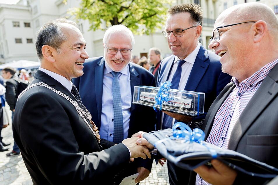 Auch bei der Vereidigung vom neuen Oberbürgermeister Octavian Ursu (li.) im August 2019 war René Straube (re.) - damals noch als Bombardier-Betriebsratschef dabei. Mit ihm gratulierten der damalige Standortleiter von Bombardier, Carsten Liebig (2.v.l.), u