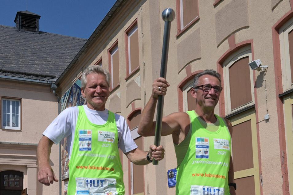 Wolfgang Finke und Uwe Anger vom Verein Lebnatene machen sich mit dem Stab auf den Weg nach Freital über eine Strecke von 100 Kilometern.