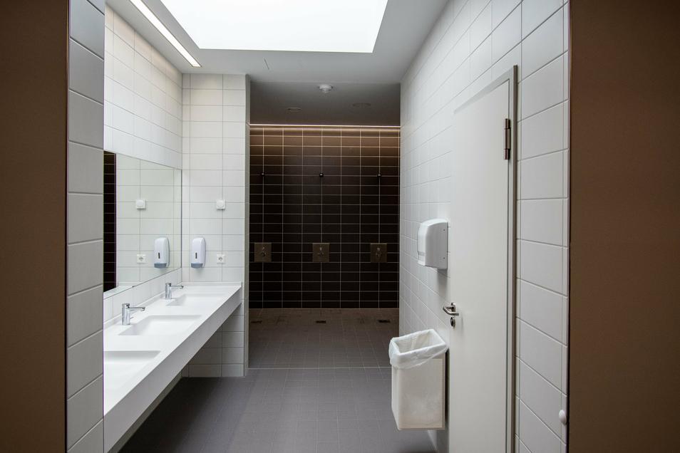 Vier Umkleideräume mit Duschen und WC hat die Sporthalle, zwei davon sind behindertengerecht. Ein Oberlicht lässt Tageslicht herein.
