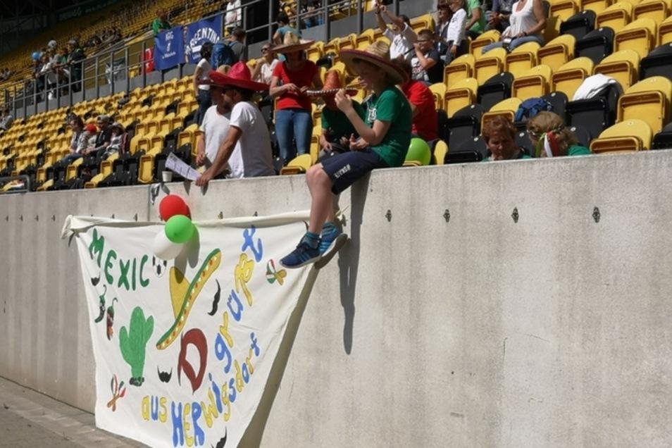 Viele Team haben ihre Fans dabei. Auch die Mexikaner haben sich was einfallen lassen.