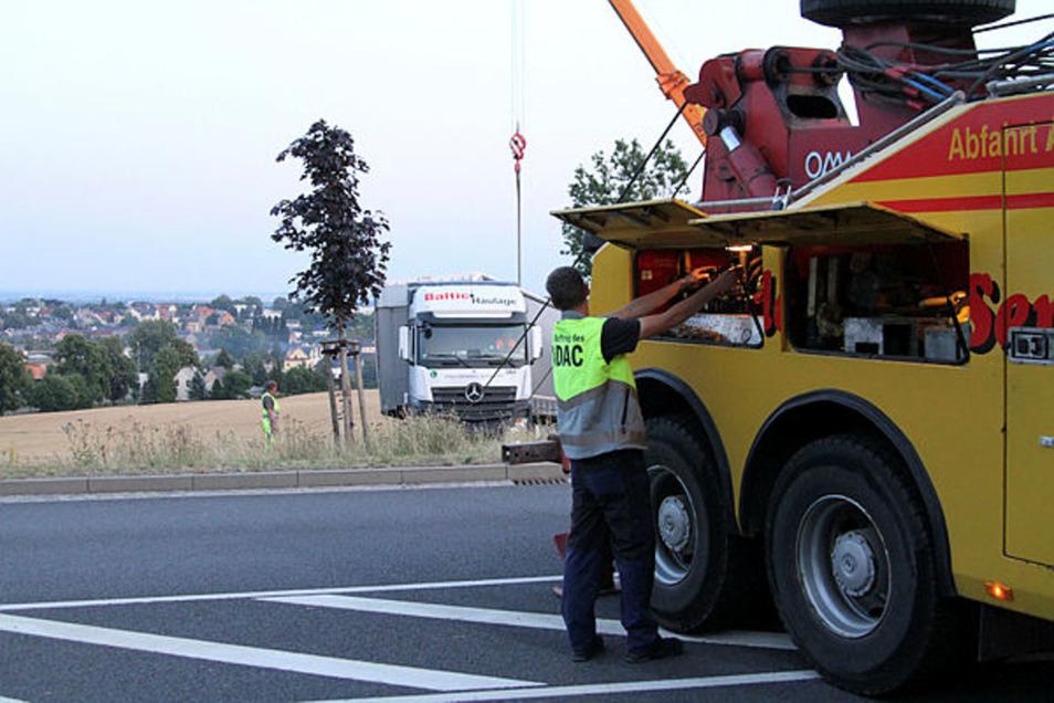 Mit zwei Zugseilen beginnt der Abschleppdienst die Bergung des Lkw, der sich in der Gallbergstraße festgefahren hat.