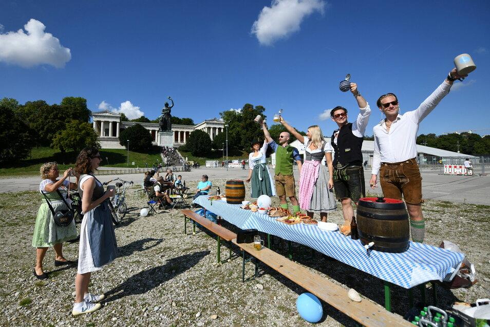 Eine Gruppe von Freunden feiert auf der leeren Theresienwiese.