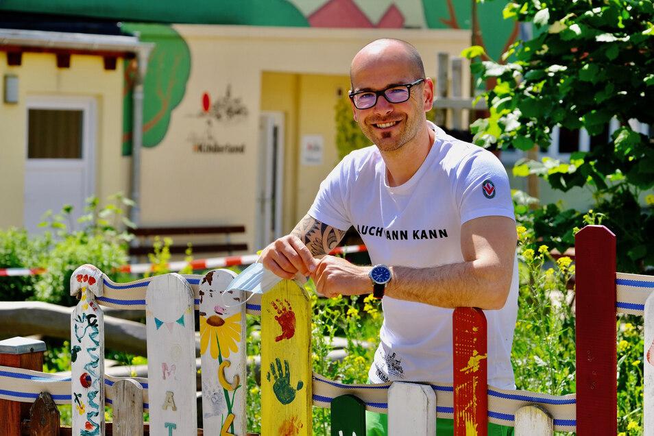 """Der Leiter des """"Lößnitzer Kinderland"""", René Schlimpert, stand am Montagmorgen persönlich vor dem Kindergarten - auch, um Fragen der Eltern zu beantworten."""