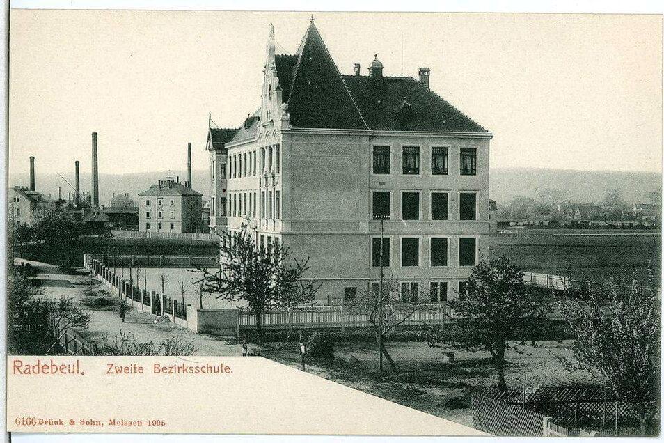 Die Roseggerschule kurz nach ihrem Bau - von der Baufirma Gebrüder Ziller - 1905. 1907 wurde die Schule erweitert, etwa um die Turnhalle auf der Südseite. Damals gab es den Bunker noch nicht.
