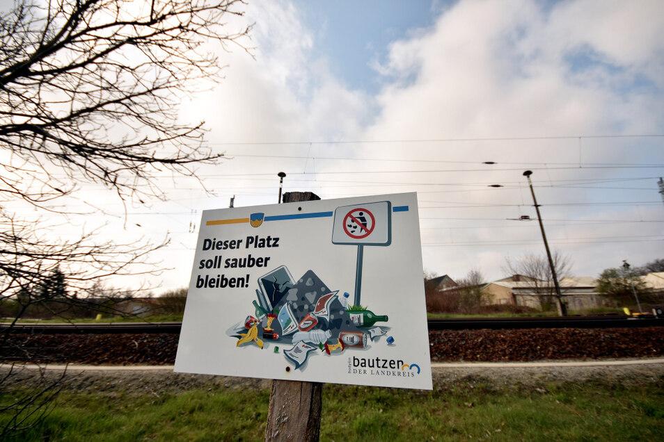 Diese Aufforderung findet man am Wertstoffcontainerstellplatz Am Bahndamm in Hoyerswerda. Doch leider ist sie manchem egal.