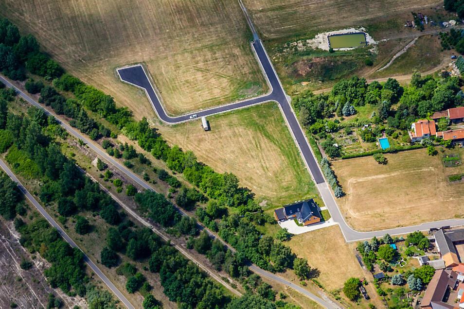 """Einer der wenigen Neubau-Standorte für Eigenheime in jüngerer Zeit in der Gemeinde Elsterheide befindet sich in Bluno. So sah das Wohngebiet """"Am Blunoer Südsee"""" im Sommer 2015 aus der Vogelperspektive aus. Längst ist es ausgebucht."""