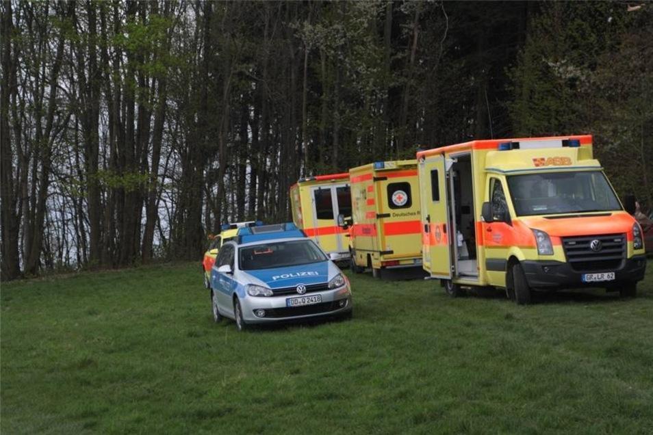 Da Wanderer und Spaziergänger die Unfallstelle weiträumig umliefen, konnten die Rettungskräfte ohne Behinderungen Hilfe leisten.