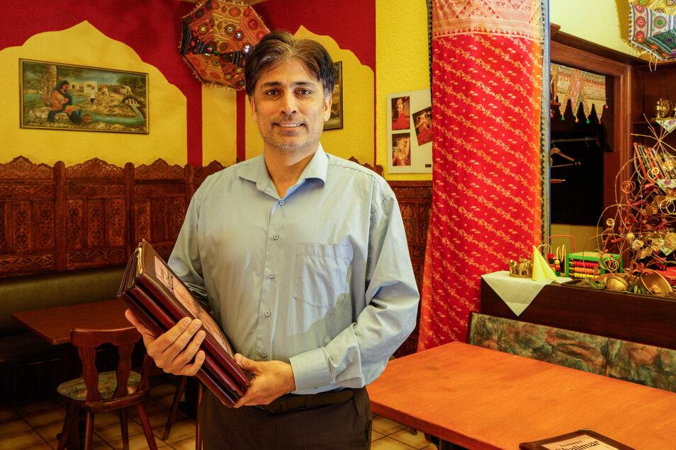 Neue Speisekarten hat Khalid Butt für das Bautzener Restaurant Shalimar angeschafft. Sie sind abwischbar - und bieten unter anderem solche indischen Spezialitäten wie Hähnchen mit Mango und Palak Paneer.