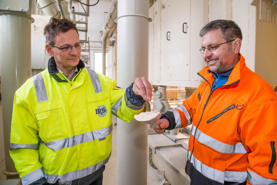 Celltechnik-Chef Volker Altus und Abteilungsleiter Hagen Schulz begutachten das Filtermaterial, das mit demineralisiertem Wasser gereinigt wird.