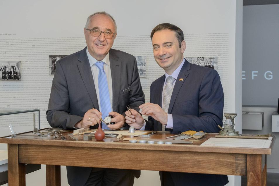 US-Generalkonsul für Sachsen, Sachsen-Anhalt und Thüringen, Timothy Eydelnant (re.) besucht das Uhrenmuseum. Museumsleiter Reinhard Reichel zeigt, wie man vor ca. 100 Jahren Uhren herstellte.