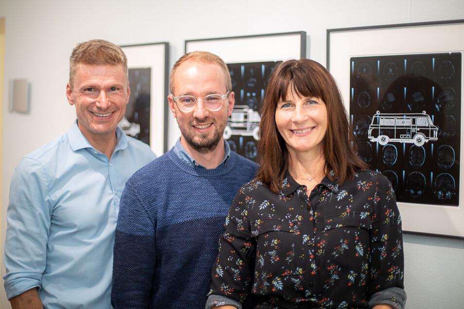 Nur für das Bild kurz ohne den derzeit nötigen Mundschutz: Maik Göbbels, Michael Merkel und Andrea Göbbels (von links nach rechts) bei der Vernissage.