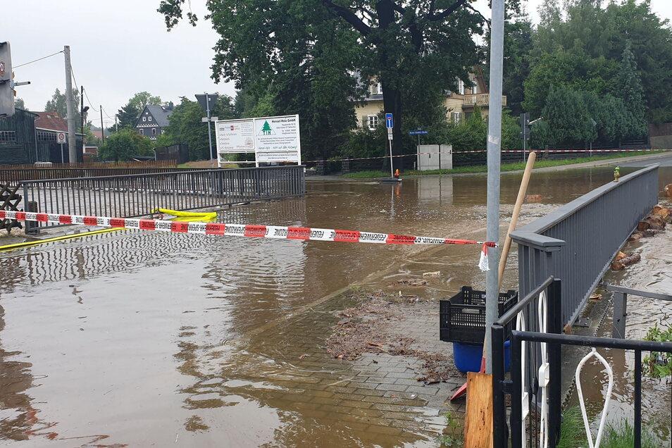 Die Brücke an der Kreuzung von Bautzener, Wilthener und Bruno-Stiebitz-Straße in Neukirch war am 17. Juli zeitweise überschwemmt und musste für den Verkehr gesperrt werden.
