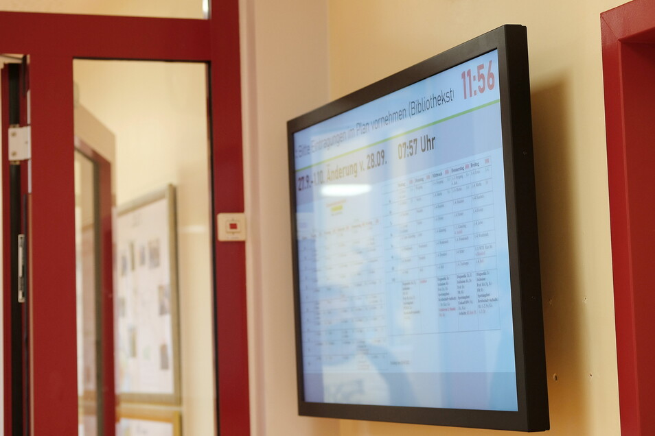 Im ersten Stock informiert ein Bildschirm über die anstehende Vertretungsstunde.