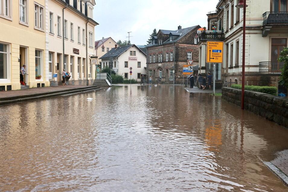 Bad Schandau unter Wasser: Die Kirnitzsch ist am Sonnabend binnen weniger Stunden rasant angeschwollen und über die Ufer getreten, wie hier am Basteiplatz.