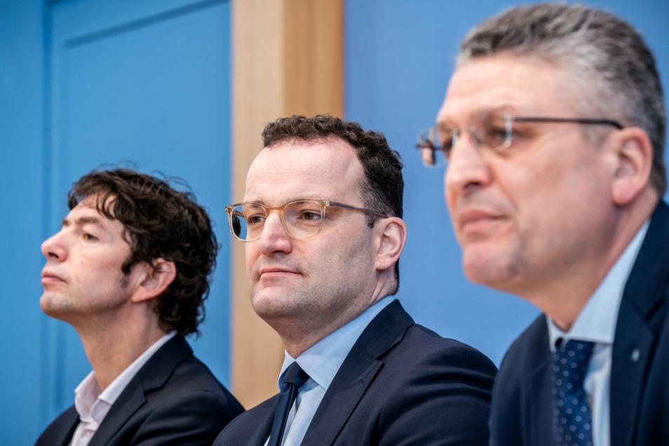 Christian Drosten (l.) mit Jens Spahn, Bundesminister für Gesundheit, und Lothar H. Wieler (r), Präsident Robert Koch-Institut, in der Bundespressekonferenz.