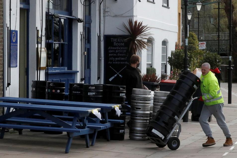 Mitarbeiter des Blue Anchor Pubs in London bereiten Fässer vor. Nach dem Coronavirus-bedingten Lockdown dürfen Restaurants und Pubs ab kommenden Montag, dem 12. April, Kunden im Freien bedienen.
