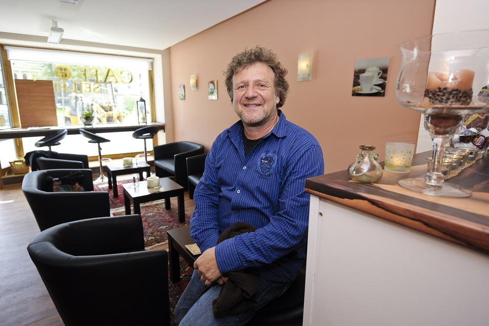 Helmut Goltz im Café Seiler am Demianiplatz. Hier fiel ihm Friedemann Lux zum ersten Mal auf - der war dort öfter zu Gast und spielte gern Klavier.