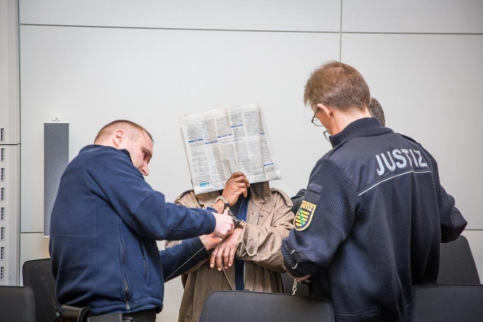 Justizbeamte nehmen dem Angeklagten Eduardo A. zum Prozessauftakt Ende März die Handschellen ab.