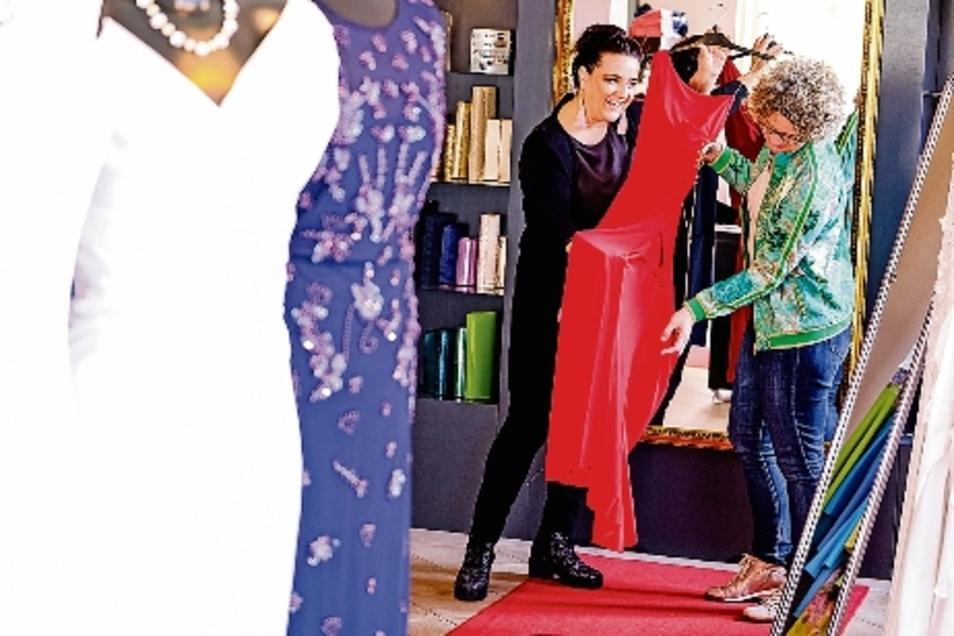 Modedesignerin Carla Beyer (links) im Gespräch mit ihrer Marketing-Beraterin Beate Boeker, die mit ihr gemeinsam das Konzept für die Eröffnung des Geschäftes im Taschenbergpalais entwickelt hat.