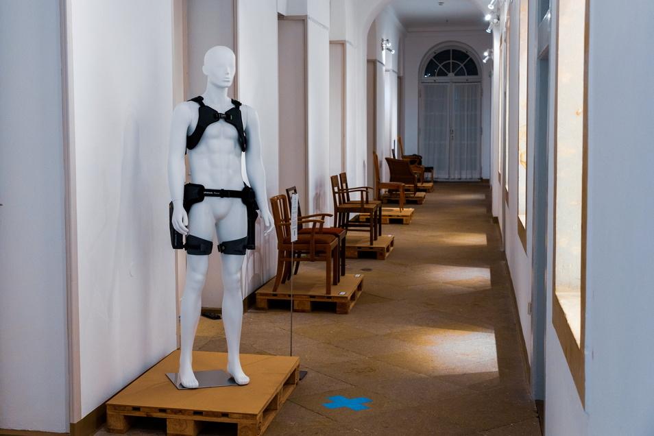 """Ein Exoskelett aus der Reihe """"Paexo"""" von Ottobock Industrials kann Menschen helfen, gelenk- und wirbelschonend schwere Arbeiten zu verrichten. Das Design stammt von Emese Papp, TU Dresden."""