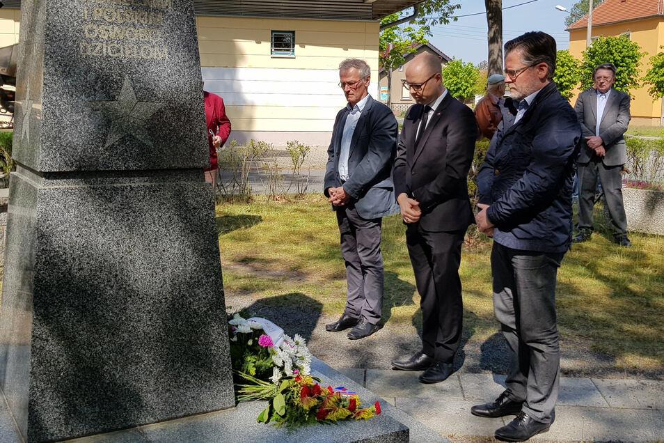 Am Gedenken am Denkmal für gefallene sowjetische und polnische Soldaten in Königswartha nahmen unter anderem Bürgermeister Swen Nowotny (vorn), Domowina-Vorsitzender Dawid Statnik (Mitte) und Günter Holder, Mitglied des Domowina-Regionalvorstandes, teil.