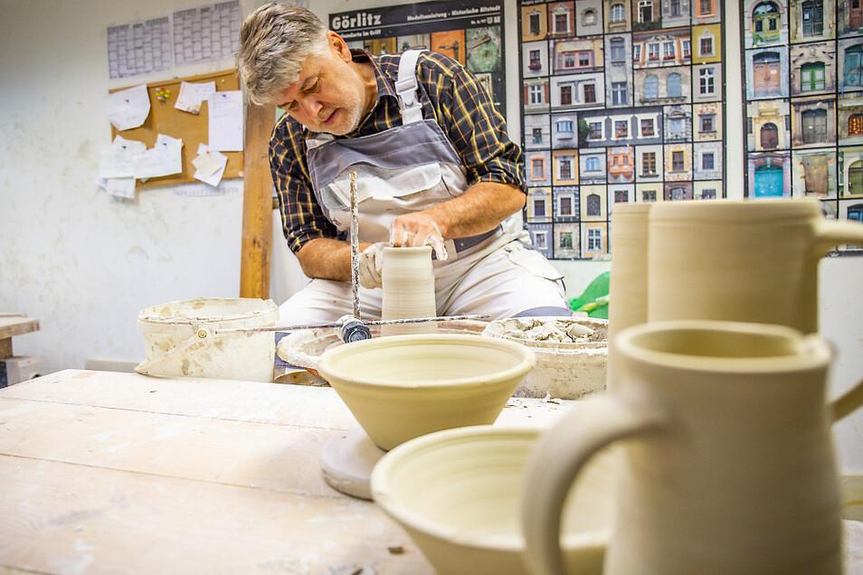Christian Schmidt in seiner Werkstatt: traditionelle Handwerkskunst – und dennoch versucht er sich gern auch mal an Neuem.
