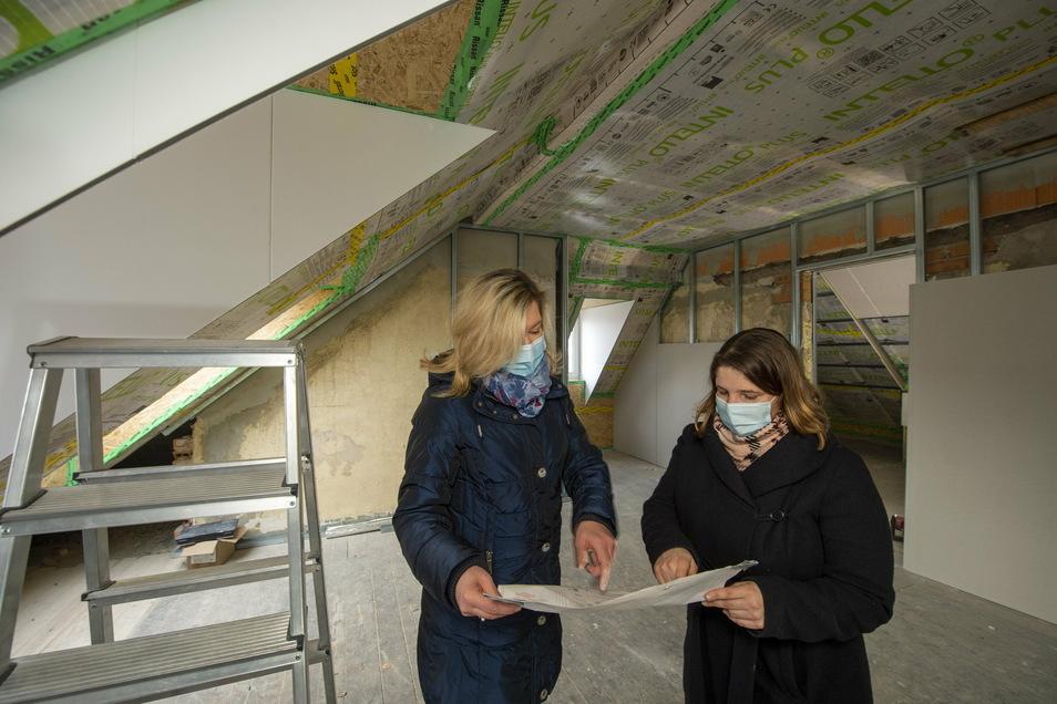Katrin Steinke (l.) und Heidi Corinna Reck von der Heidenauer Stadtverwaltung betreuen den Um- und Ausbau planerisch und finanziell. Sie stehen hier in einem der Vereinsräume unterm Dach.