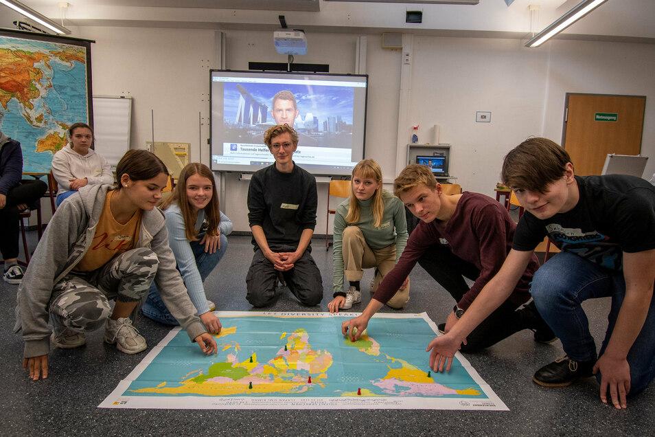 Matthias Jochimsen und Sunniva Doyle (Mitte) erklären den Schüler des Martin-Luther-Gymnasiums, wie Klimawandel und Ernährung zusammenhängen. Sebastian und Julius (v.l.) verfolgten das Thema interessiert.