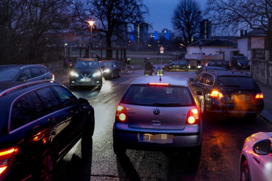 Vor der 4. Grundschule in der Löwenstraße drängen sich jeden Morgen Autos, weil Eltern ihre Kinder direkt vor der Schule absetzen wollen.
