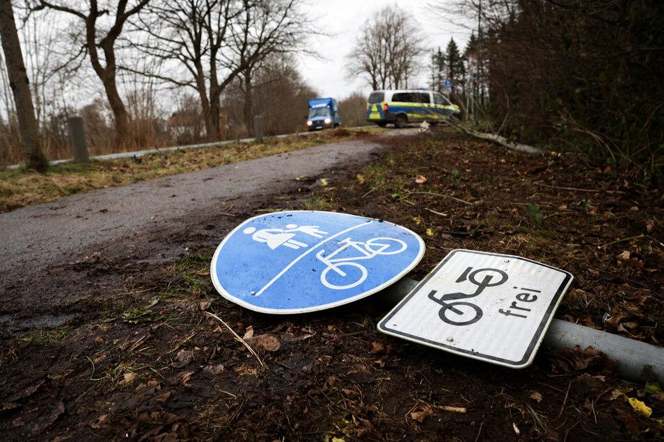 Die Polizei hat einen Jugendlichen gestellt, der in Schlangenlinien und mit einem Verkehrsschild in der Hand durch Dresden fuhr.