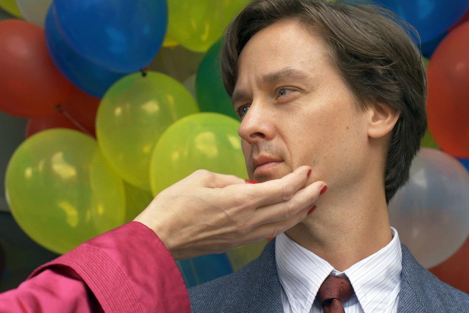 """Tom Schilling spielt die Hauptrolle des """"Fabian"""" funkelnd, abgründig – Kino als Feuerstunde."""