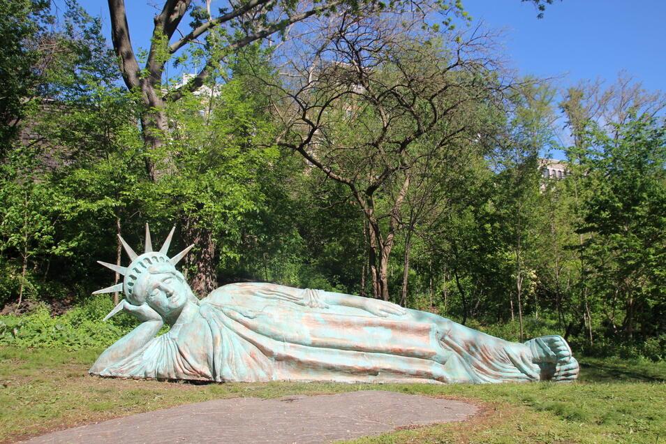 Die neue Lady Liberty, eine mehr als sieben Meter lange Statue des US-Künstlers Zaq Landsberg, soll bis April 2022 zu sehen sein.