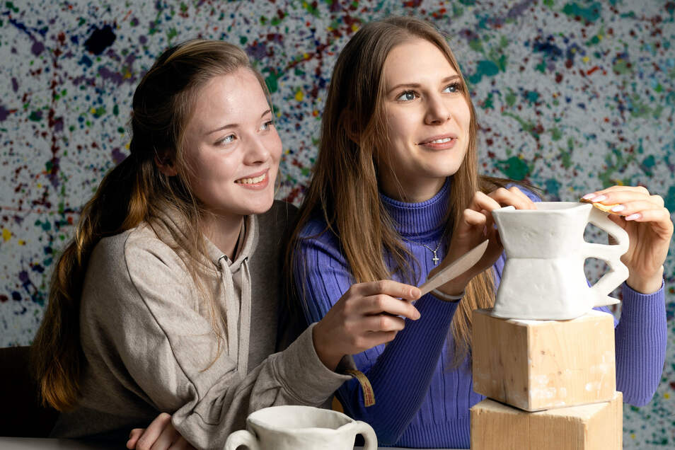 Wiktoria Leonowicz (links) und Viola Root machen an der Fachoberschule für Gestaltung in Demitz-Thumitz ihr Abi. Kunst nimmt einen großen Teil im Lehrplan ein, ist aber nicht alles.