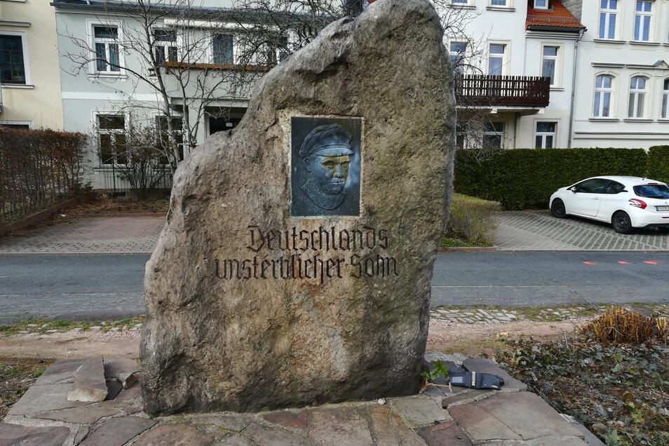 So hat das Thälmann-Denkmal, wie es die Leisniger nennen, auf dem Lindenplatz einmal ausgesehen. Für den großen Steinblock ist auf dem neu gestalteten Platz sozusagen kein Platz mehr. Er ist außerdem marode. Ein neuer Standort für ein umgearbeitetes Denkmal soll noch gefunden werden.