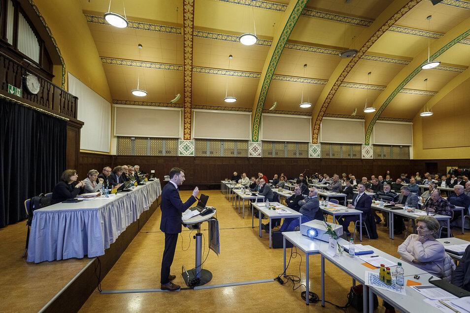 Zu eng ist es für den Görlitzer Kreisrat in der Aula des Berufsschulzentrums in Görlitz.