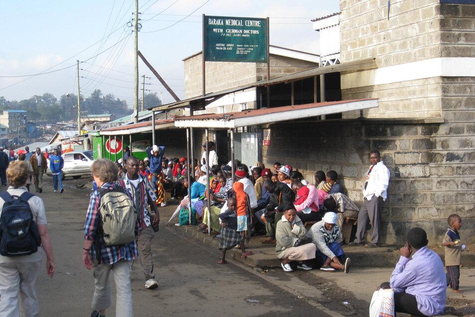 Vor dem Medical Health Centre in Nairobis Elendsviertel Mathare warten die Menschen oft stundenlang darauf, den entsprechenden Ärzten zugewiesen zu werden. Jeden Tag kommen mehrere Hundert.