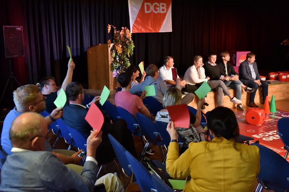 Das Publikum konnte nach jeder Kandidaten-Antwort diese mit einer grünen Karte für Zustimmung oder einer roten für Ablehnung bewerten.