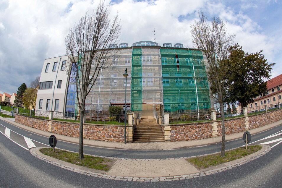 Das Rathaus der Stadt Wilsdruff ist verhüllt. Hier wird die Fassade erneuert.