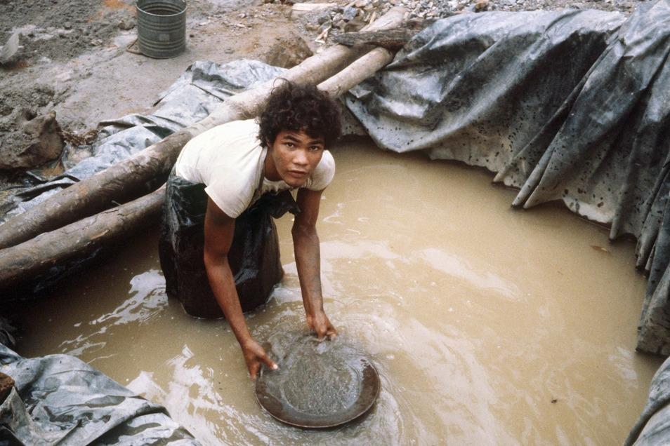 Ein Goldwäscher bei der Arbeit in der brasilianischen Goldmine Serra Pelada.