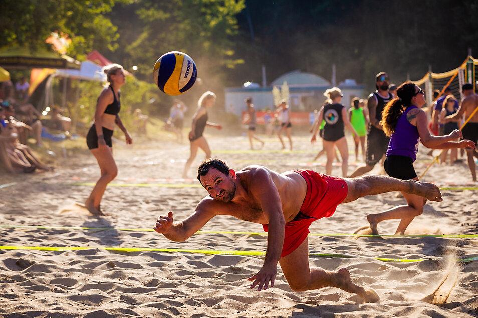 """Am Sonnabend war beim 28. VBH-Silbersee-Beach der Friedersdorfer Strandsand noch sonnendurchglüht. Am Sonntag kam der Regen ... Nach mehrtägigem Nachrechnen der durchnässten Ergebniszettel stand fest: Das Team """"Ruhm und Ehre"""" hatte gewonnen."""