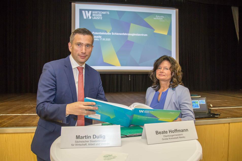 Am 17. Juni wurde die Potenzialstudie zur Eisenbahnteststrecke im Beisein von Sachsens Wirtschaftsminister Martin Dulig und Nieskys Oberbürgermeisterin Beate Hoffmann vorgestellt.