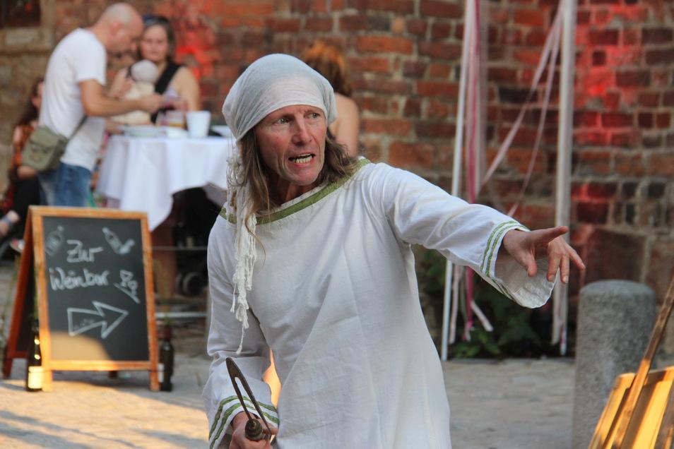 Andreas Thronicker als Mittagsfrau an der Mönchskirche.
