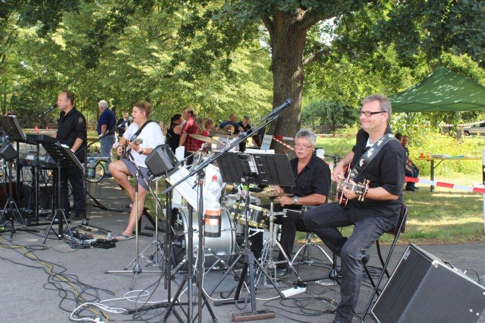 """Die Band """"Dreiklang"""" mit Sängerin Nicole Kalauka spielte live im Verkehrsgarten."""