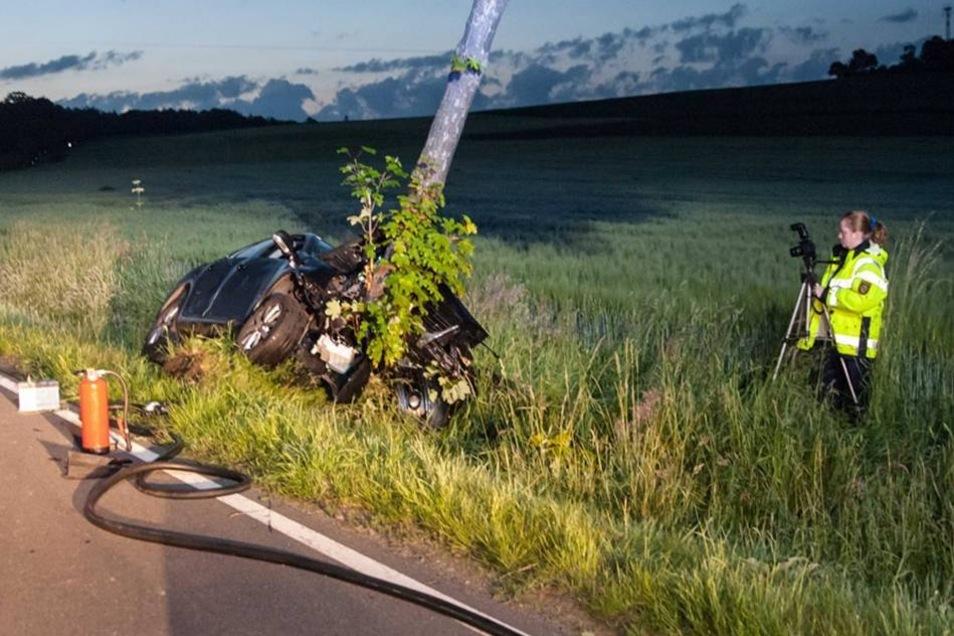 Bei einem schweren Unfall wurden am frühen Sonntagmorgen die beiden Insassen eines VW Jetta schwer verletzt.