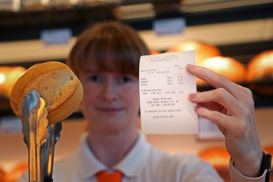 Ganze 35 Cent kostet das Schnittbrötchen, das Verena Brade hier in der Bäckerei Brade an der Nossener Straße verkauft. Seit Jahreswechsel gibt es vorschriftsmäßig immer einen Bon dazu – der weist auch die zwei Cent Mehrwertsteuer aus.