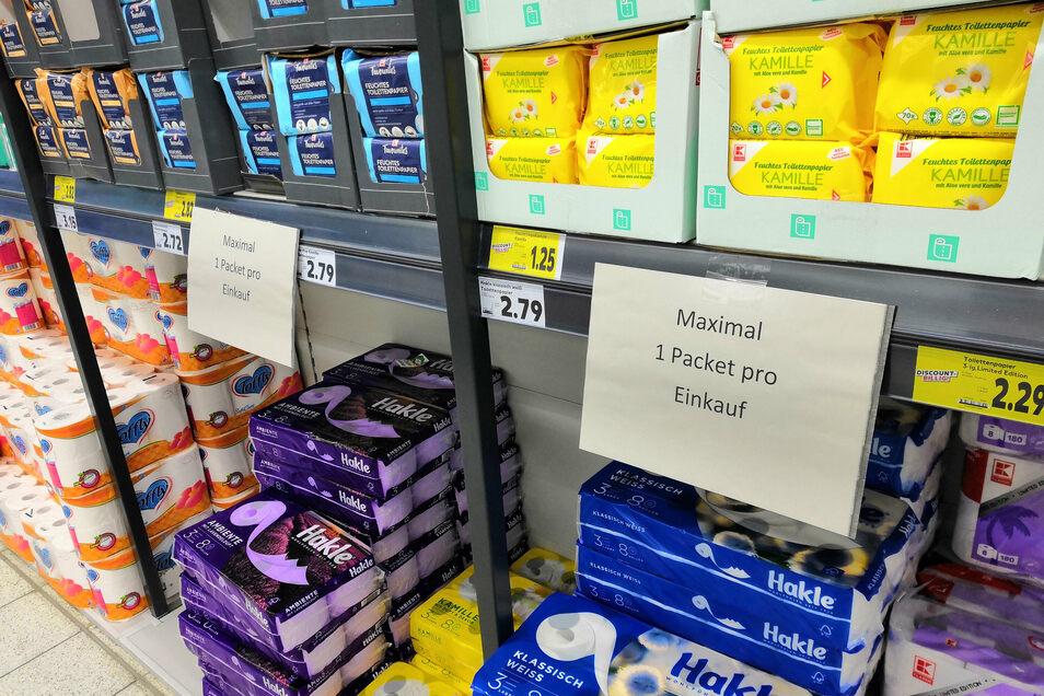 """Zuteilung von Toilettenpapier im Kaufland Weinhübel nach dem Motto: """"Wenn jeder nur kauft, was er braucht, ist genug für alle da."""""""