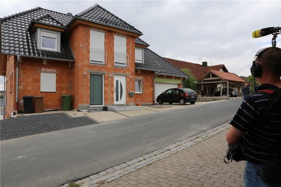 In einem Ort bei Bamberg (Bayern) und in Dresden werden zwei Verdächtige im Alter von 39 und 61 Jahren festgenommen. Das Foto zeigt das Haus in Bayern.