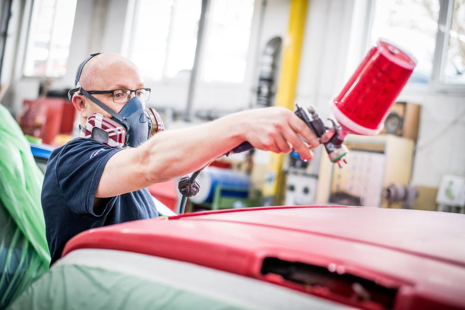 Erfahrene Mitarbeiter beheben in den modernen Karosserie- und Lackzentren mit viel Fingerspitzengefühl Lackschäden - Hand in Hand mit erfahrenen Karosseriebauern.