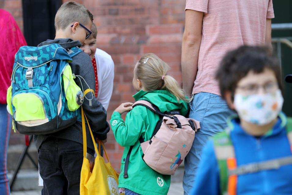 Die Schulen entscheiden selbst, ob die Kinder auf dem Schulgelände eine Maske tragen müssen.